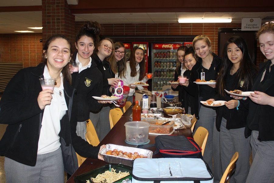 Italian+II+class+holding+up+their+food+