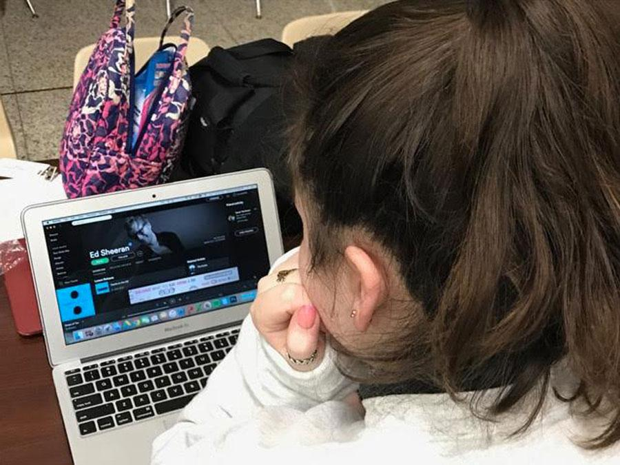 Grace S. '18 listens to Ed Sheeran before classes