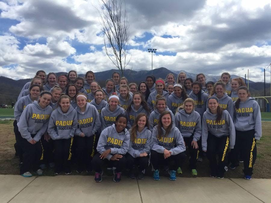 The+Padua+soccer+team+stops+for+a+picture+in+front+of+the+mountains.